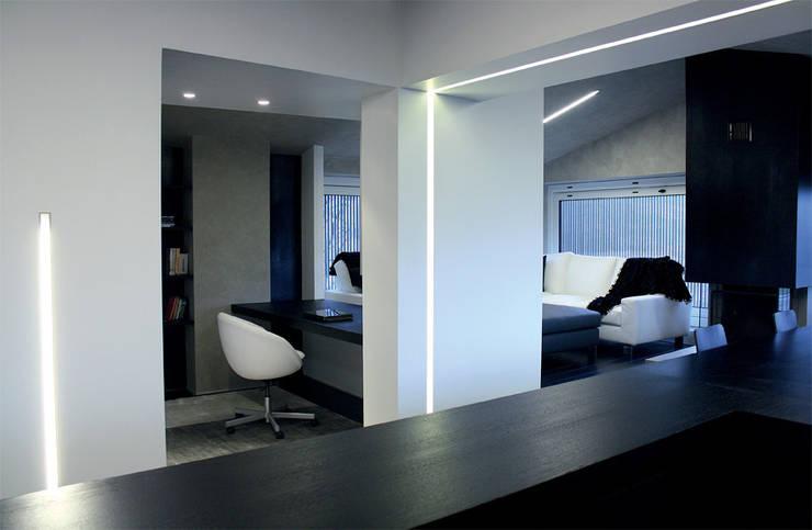 Casa DAMI : Soggiorno in stile  di Enrico Muscioni Architect