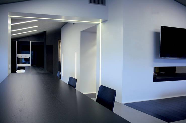 Casa DAMI : Sala da pranzo in stile  di Enrico Muscioni Architect
