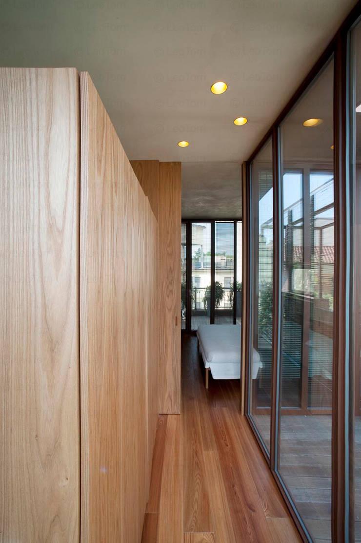 Corredores e halls de entrada  por Calzoni architetti