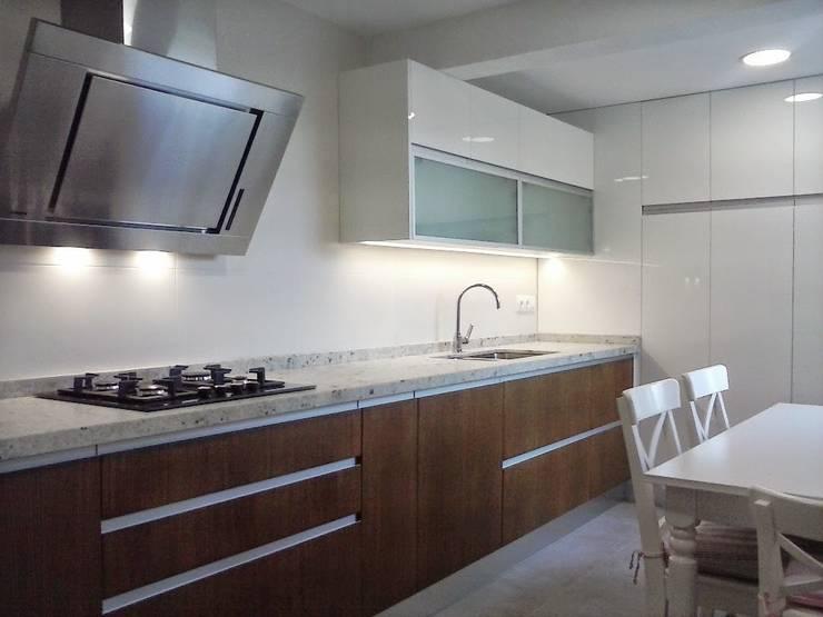 Cocina blanca y madera de roble 1: Cocinas de estilo  de Cocinasconestilo.net