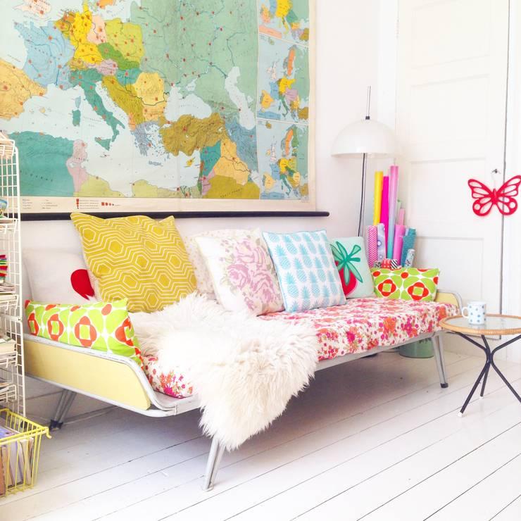 Bed wordt bank: scandinavische Woonkamer door Thuisinstyling