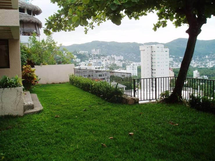 Terraza /jardin estado original:  de estilo  por ARQUELIGE