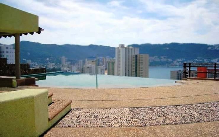 Aspecto de la terraza con la alberca integrada al nuevo espacio:  de estilo  por ARQUELIGE