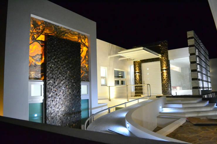 INGRESO PRINCIPAL: Casas de estilo  por ro arquitectos