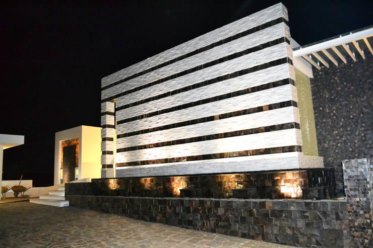 SECCION DE FACHADA PRINCIPAL: Casas de estilo  por ro arquitectos