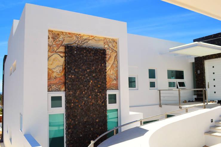 SECCION FACHADA PRINCIPAL: Casas de estilo  por ro arquitectos