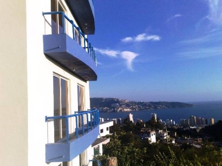 Aspecto de los balcones en la fachada vista a la bahia: Casas de estilo  por ARQUELIGE