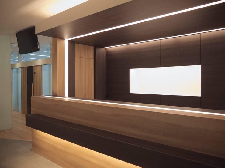 受付カウンター 製作家具:       古津真一 翔設計工房一級建築士事務所が手掛けたインテリアランドスケープです。
