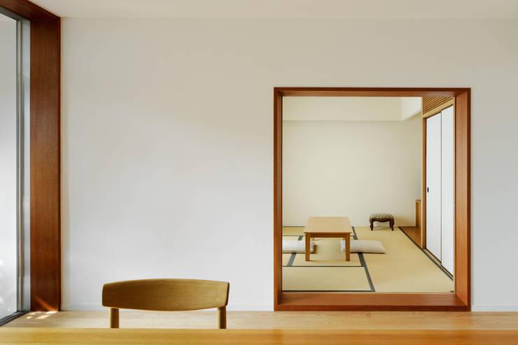 1階リビングから和室を見る: Kikumi Kusumoto/Ks ARCHITECTSが手掛けたリビングです。,モダン