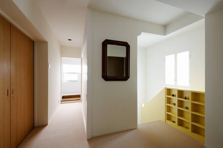 2階ホールロッカー: Kikumi Kusumoto/Ks ARCHITECTSが手掛けた廊下 & 玄関です。,モダン
