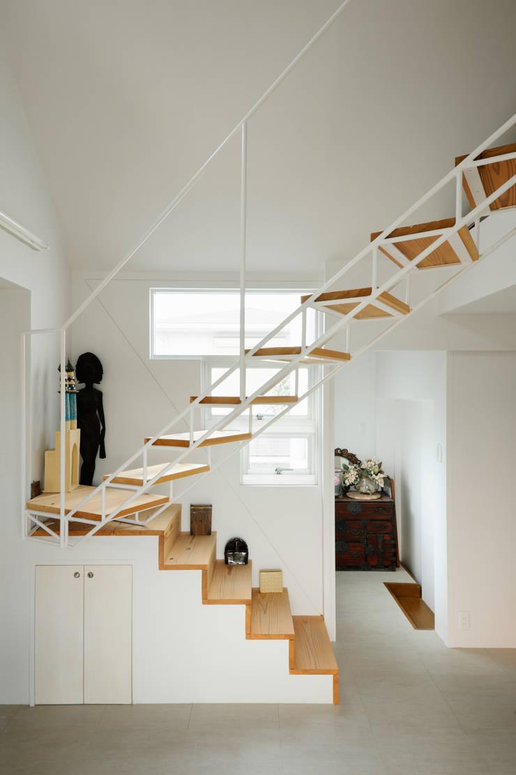 2階アトリエからロフトへよる階段: Kikumi Kusumoto/Ks ARCHITECTSが手掛けた廊下 & 玄関です。,モダン