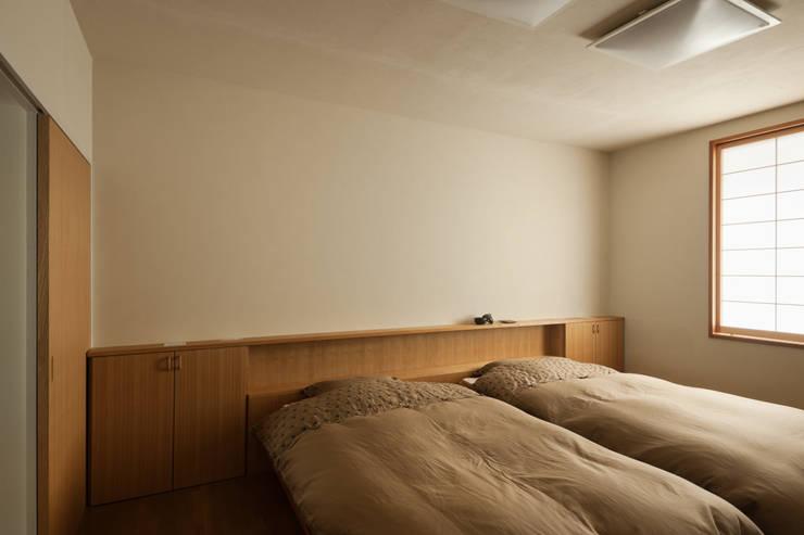 2階主寝室: Kikumi Kusumoto/Ks ARCHITECTSが手掛けた寝室です。,モダン