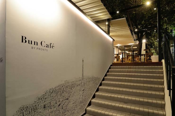 Bun Café - 外観・エントランス階段: MoMo. Co., Ltd.が手掛けたレストランです。,