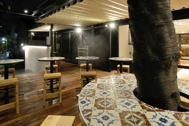 Bun Café - 外部・テラス席: MoMo. Co., Ltd.が手掛けたレストランです。,