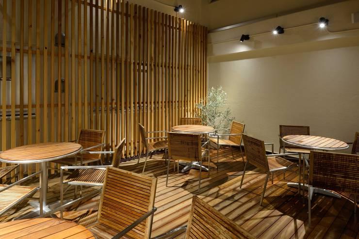 Bun Café - 外部・喫煙席: MoMo. Co., Ltd.が手掛けたレストランです。,