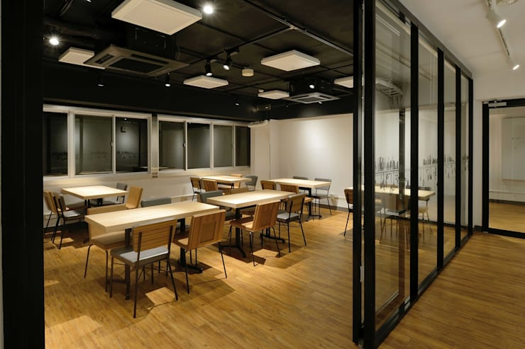 Bun Café - インテリア・客席 + 会議室: MoMo. Co., Ltd.が手掛けたレストランです。,