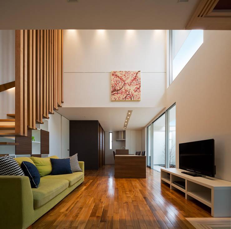 M6-house 「  幾何学の家」: Architect Show co.,Ltdが手掛けたリビングです。