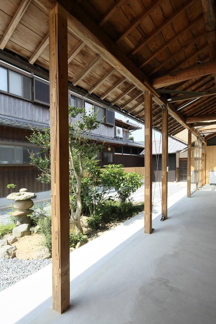三田の農家-ANNEX/GAZEBO: eu建築設計が手掛けたガレージです。,