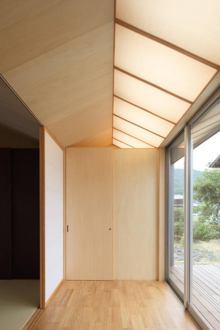 三田の農家-ANNEX/GAZEBO: eu建築設計が手掛けた廊下 & 玄関です。,
