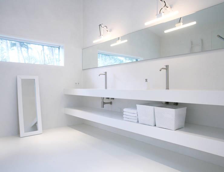 Marike maatwerk Pulse wastafel met losse plank: moderne Badkamer door Marike