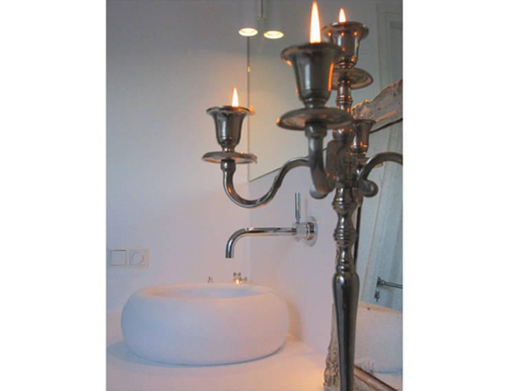 Marike Boll opbouw wastafel:  Badkamer door Marike