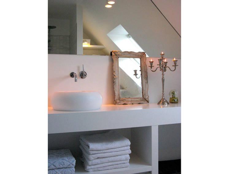 Marike Boll opbouwwastafel:  Badkamer door Marike