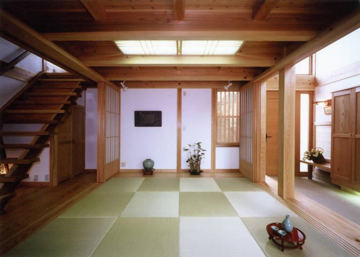通り庭の横に座敷: T設計室一級建築士事務所/tsekkeiが手掛けた廊下 & 玄関です。