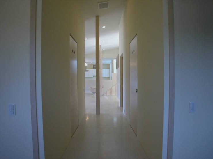 峰山の家: 株式会社ハマノ・デザインが手掛けた廊下 & 玄関です。
