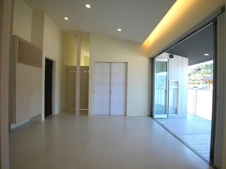 峰山の家: 株式会社ハマノ・デザインが手掛けたリビングです。