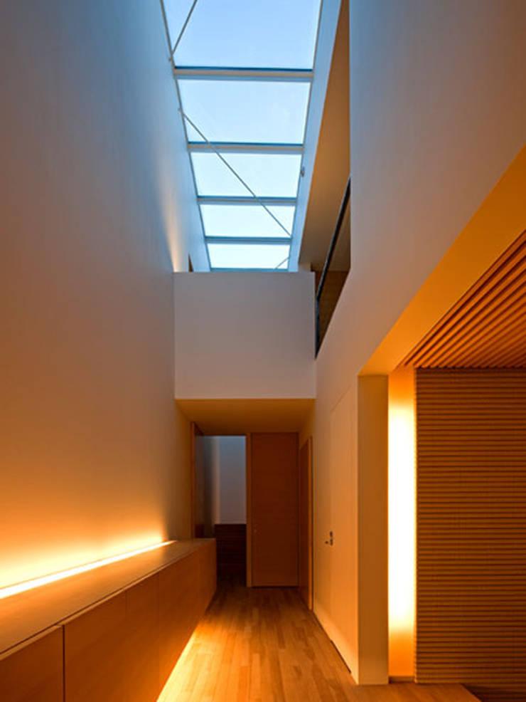 春日丘の家: 小田裕二建築設計事務所が手掛けた廊下 & 玄関です。