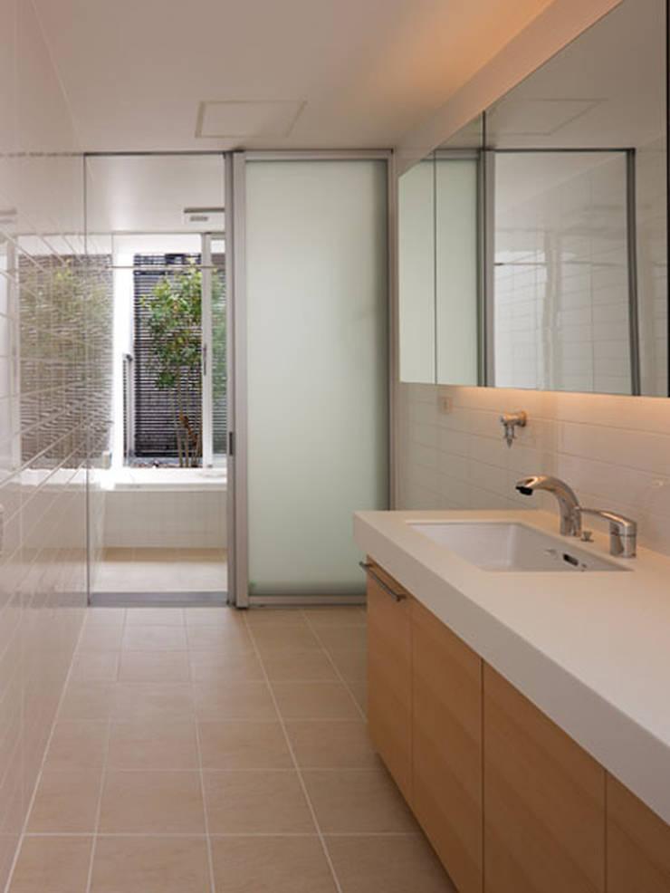 春日丘の家: 小田裕二建築設計事務所が手掛けた浴室です。