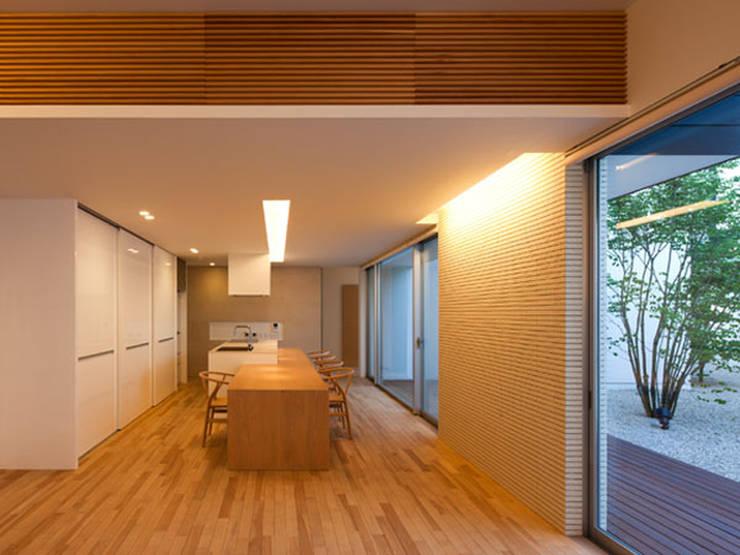 春日丘の家: 小田裕二建築設計事務所が手掛けたリビングです。