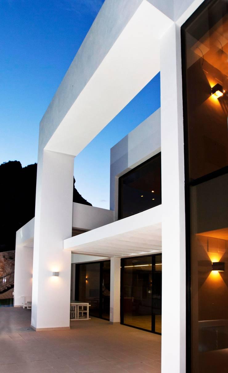 La Perla del Mediterráneo: Casas de estilo moderno de Spainville Inmobiliaria
