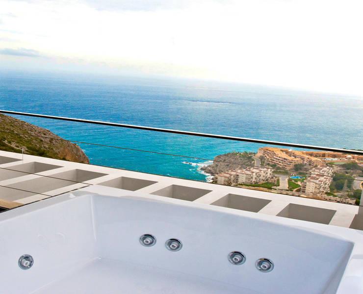 La Perla del Mediterráneo: Terrazas de estilo  de Spainville Inmobiliaria