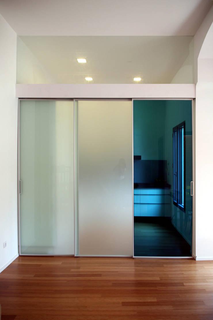 Casa unifamiliare a Barcellona (Spagna): Casa in stile  di PBEB architetti