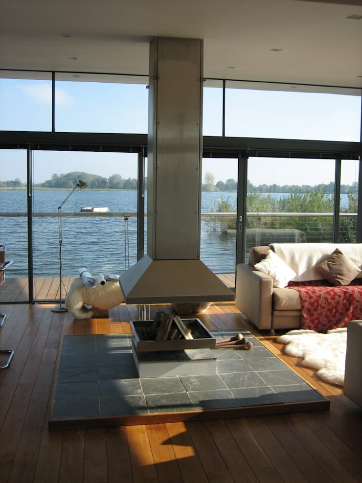 AR Design Studio- The Boat House:  Living room by AR Design Studio
