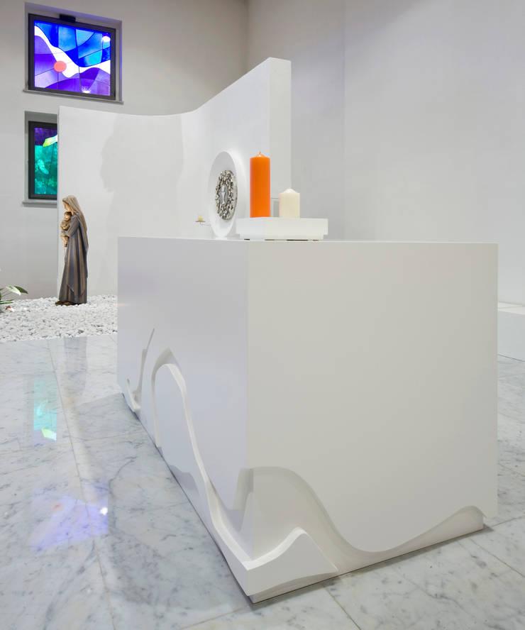 altare: Sedi per eventi in stile  di Comoglio Architetti