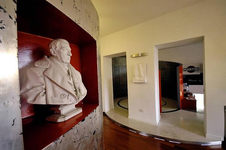La casa dell'art director: Ingresso & Corridoio in stile  di GAP Studio
