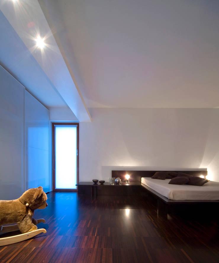 camera da letto: Camera da letto in stile  di Comoglio Architetti