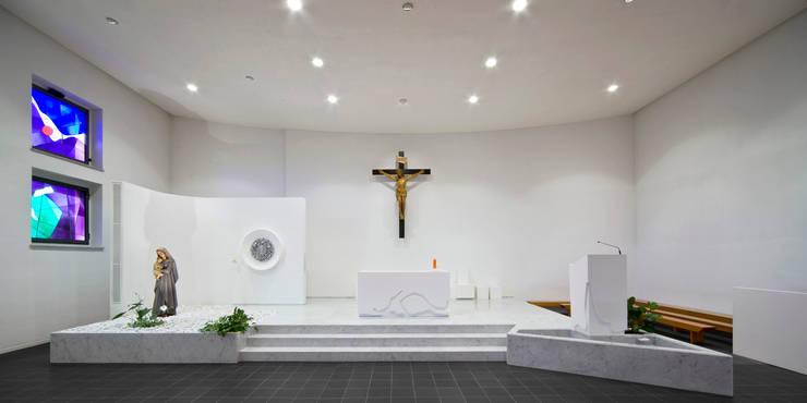 presbiterio: Sedi per eventi in stile  di Comoglio Architetti