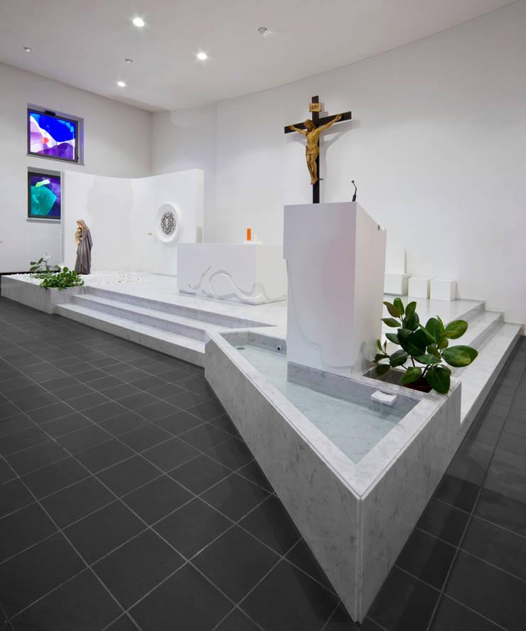 presbiterio - ambone e vasca battesimale: Sedi per eventi in stile  di Comoglio Architetti