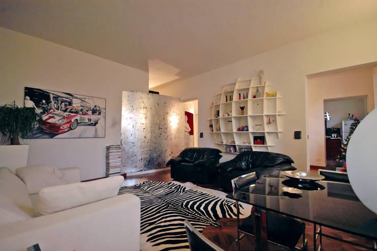 La casa dell'art director: Soggiorno in stile  di GAP Studio