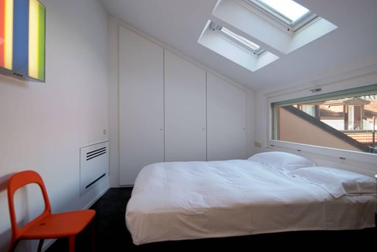 Camera da letto in stile  di Calzoni architetti