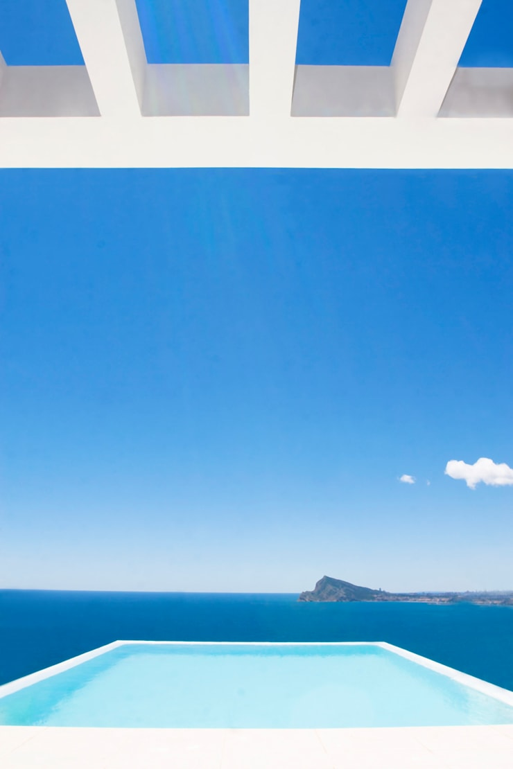 La Perla del Mediterráneo: Piscinas de estilo moderno de Spainville Inmobiliaria