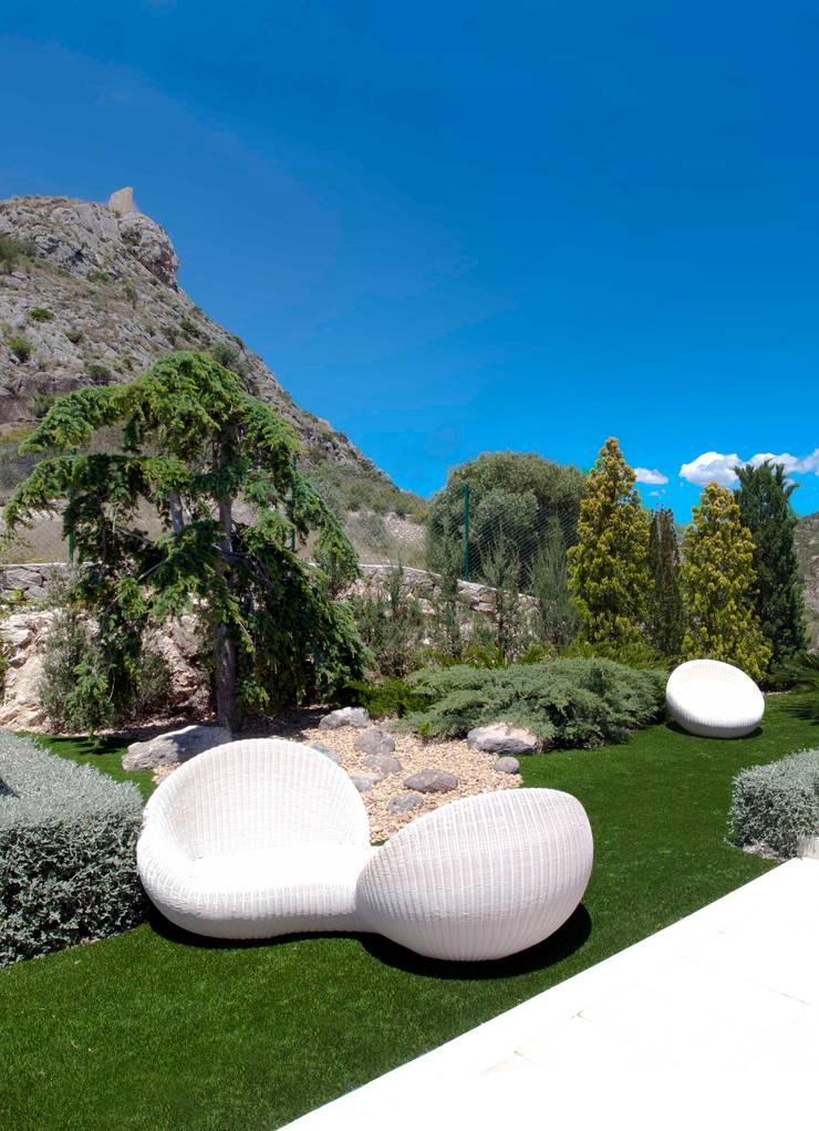 La Perla del Mediterráneo: Jardines de estilo moderno de Spainville Inmobiliaria