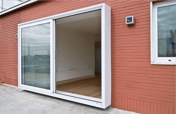 Calzoni architetti의  창문 & 문