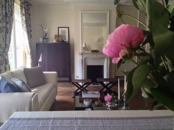 Rue de Perignon, Paris: Salon de style de style Classique par Lichelle Silvestry Interiors