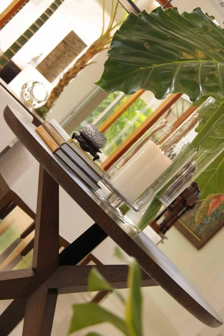 Round dining table: Salon de style  par Lichelle Silvestry Interiors