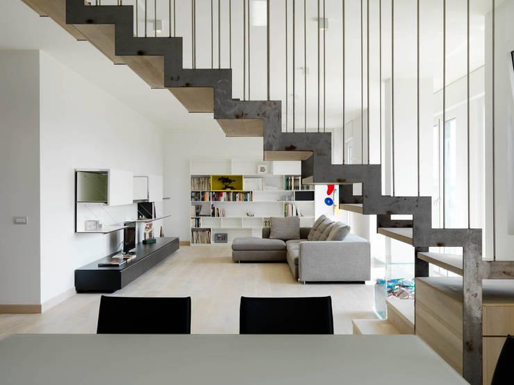 Salones de estilo moderno de enzoferrara architetti