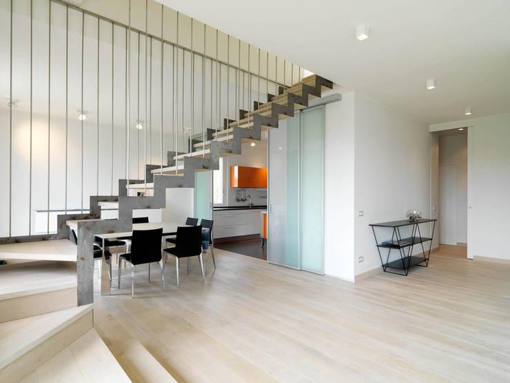 Recupero Sottotetto – Duplex 2: Ingresso, Corridoio & Scale in stile  di enzoferrara architetti